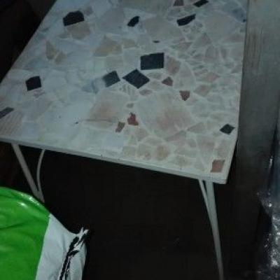 Tisch mit Eisengestell - thumb