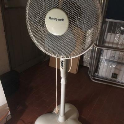Schwenkbarer Ventilator mit Standfuß - thumb