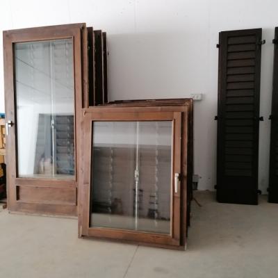 Gut erhaltenes Fenster  aus Holz - thumb