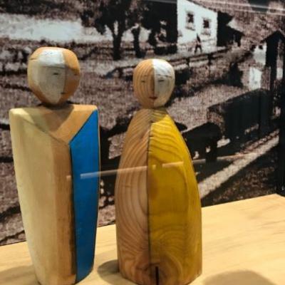 Handgeschnitzte Holzfiguren Mann und Frau - thumb