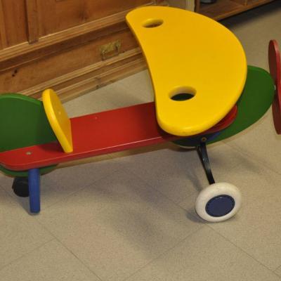 Holzflugzeug für Kleinkinder zum draufsitzen und fahren mit Gummirolle - thumb