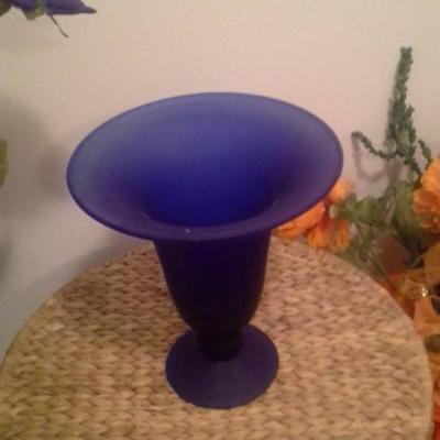 Glasvasen und Dekoblumen in Farbe orange und blau - thumb