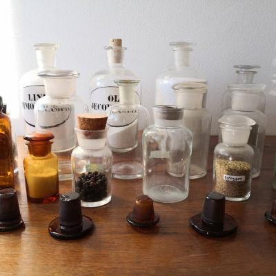 16 Glasgefäße aus der Apotheke + 4 Messbecher Zinn - thumb