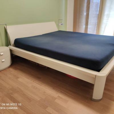 Bett mit 2 Nachtkästchen und Kommode - thumb