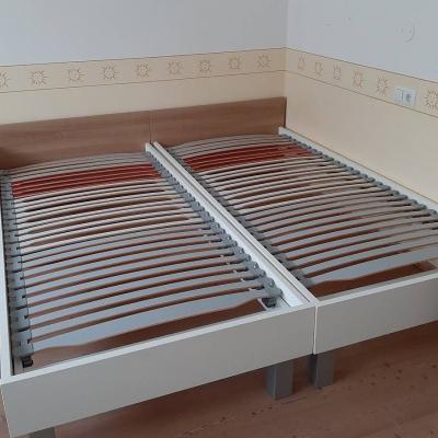2 Betten und 2 Nachtkästchen - thumb