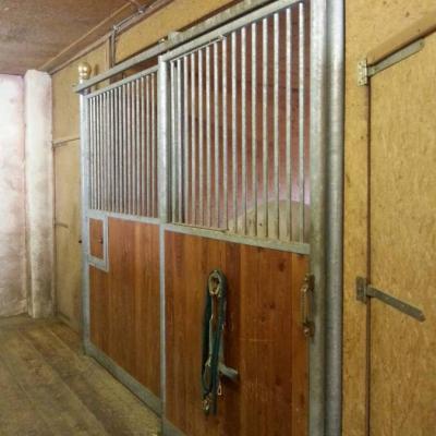 8 Pferdeboxen und ein Frontteil zu verkaufen - thumb