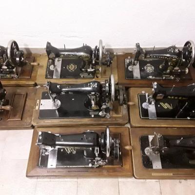 Acht alte Nähmaschinen - thumb