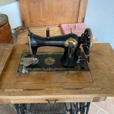 Altertümliche, wunderschön erhaltene Nähmaschine - thumb