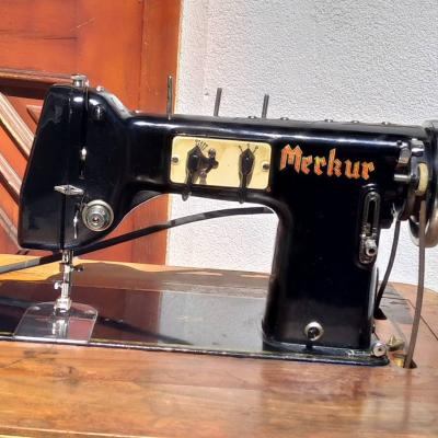 Alte versenkbare Tretnaehmaschine - thumb