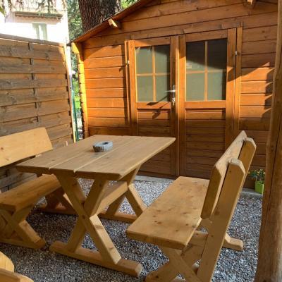 Rustikale Gartengarnitur -Tisch mit zwei Bänke /massiv Holz - thumb