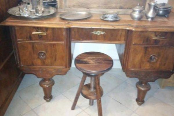 Kleiner Schreibtisch antiker italienischer Stil.