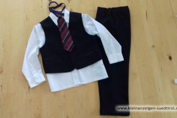 Anzug für kleinen Jungen