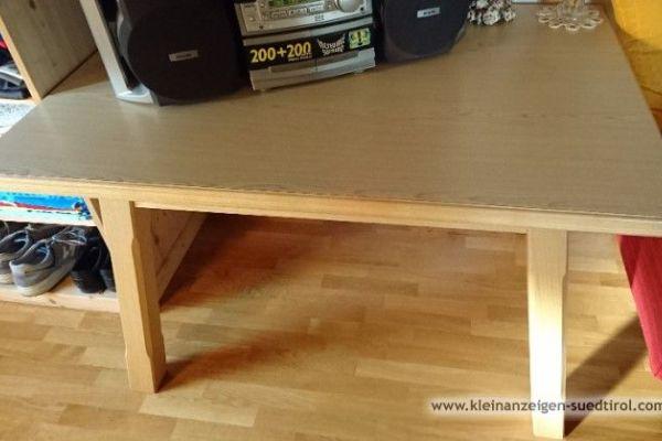 Massiver Holztisch mit 2 Stühlen