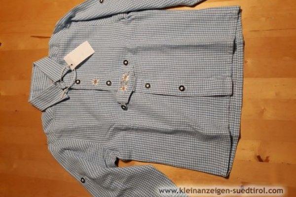 Verschiedene Lederhosen und Trachtenhemden