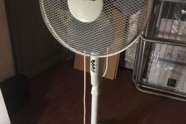 Schwenkbarer Ventilator mit Standfuß