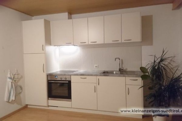 Neue Küchenzeile mit Tisch und Eckbank