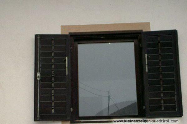 Gut erhaltene Fenster und Balkontüren aus Holz