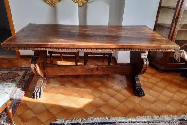 Großer, massiver Tisch