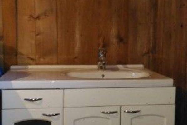 Waschbecken mit Armatur und Unterschrank