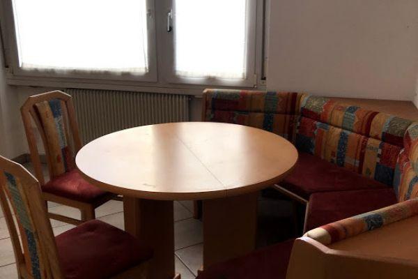 Eck-Rundbank mit rundem ausziehbarem Tisch
