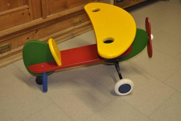 Holzflugzeug für Kleinkinder zum draufsitzen und fahren mit Gummirolle