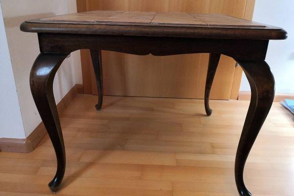 alter quadratischer Tisch