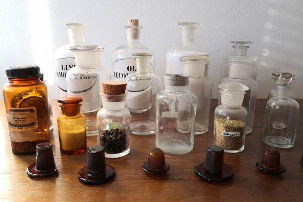 16 Glasgefäße aus der Apotheke + 4 Messbecher Zinn