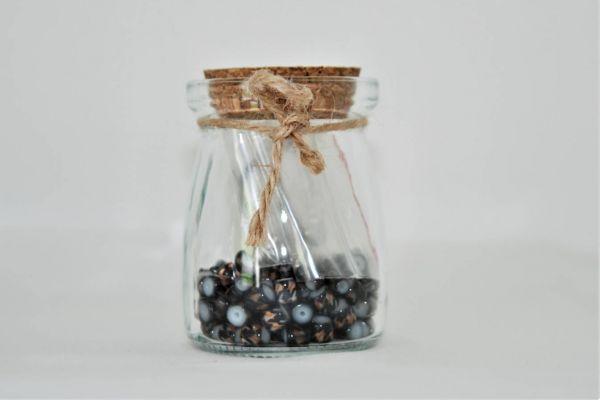 Perlen im Glas in schwarz