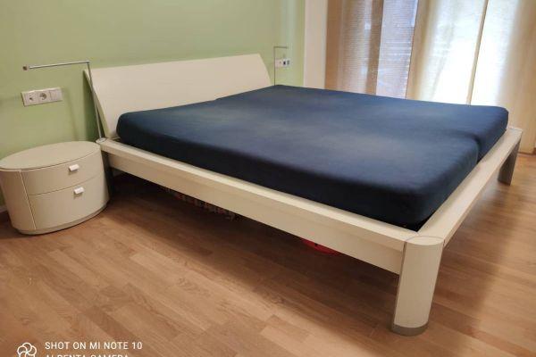 Bett mit 2 Nachtkästchen und Kommode