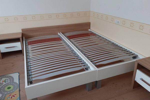 2 Betten und 2 Nachtkästchen