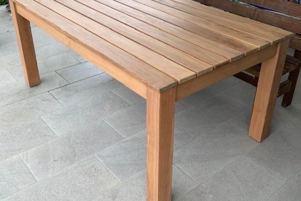 Maßgefertigter Massivholztisch von Möbeltischlerei