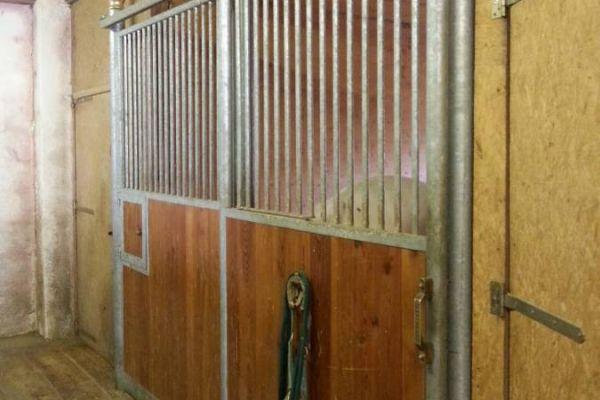 8 Pferdeboxen und ein Frontteil zu verkaufen