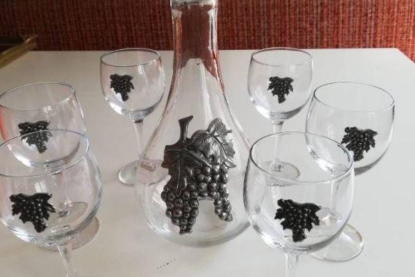Weingläser mit Weinkrug