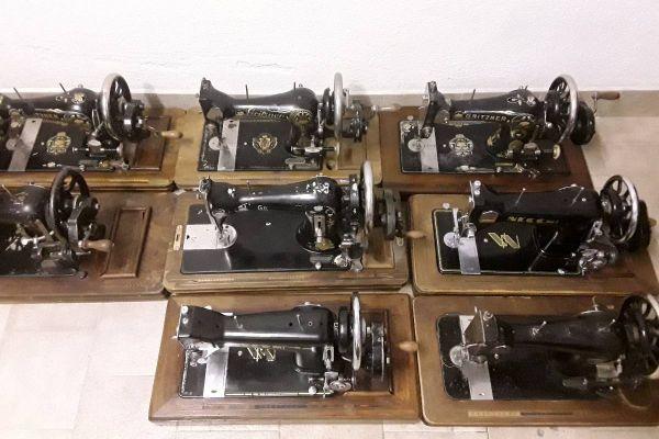Acht alte Nähmaschinen