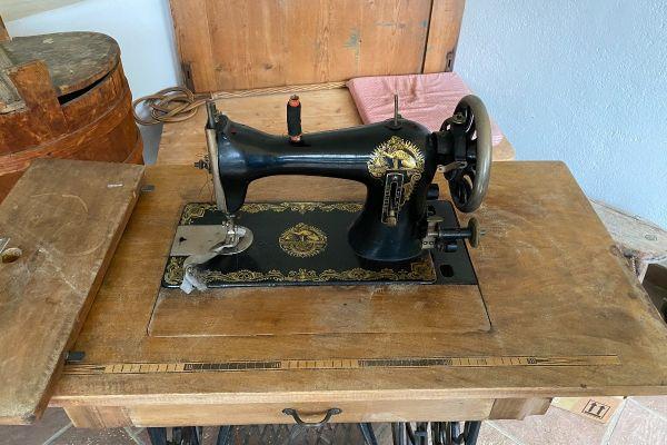 Altertümliche, wunderschön erhaltene Nähmaschine