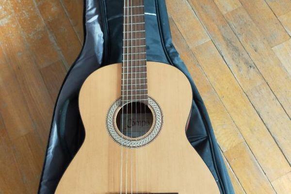 Klassische Gitarre und Hülle