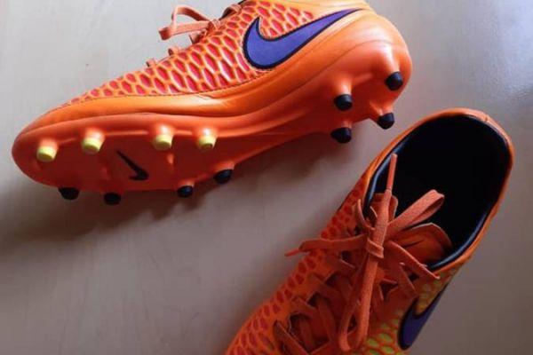 Fussballschuhe Blau, Orange weiß Streifen gr 40 Marke Adidas