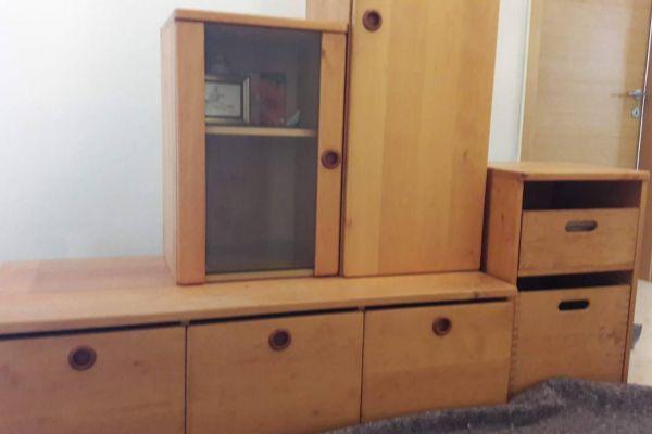 Vom Tischler gefertigte Wohnzimmermöbel in gutem Zustand