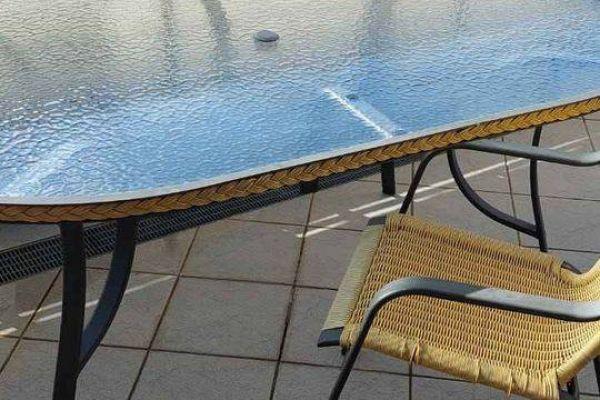 Gartentisch aus Glas mit Aluminium Beinen