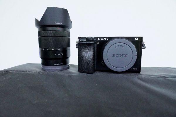 Sony Alpha 6000 und Objektiv  F4 16-70 Zeiss