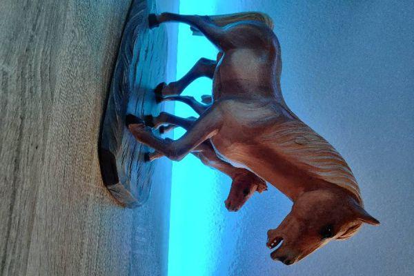 Handgeschnitzte Pferde aus Zirbenholz.