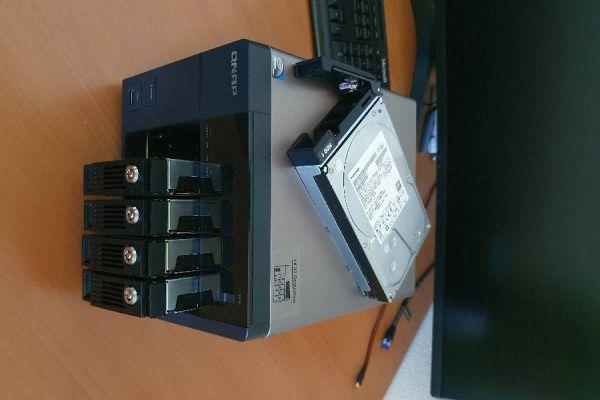 NAS Server inkl. 5x3TB HDDs / QNAP TS-569 Pro + APC UPS Pro 550