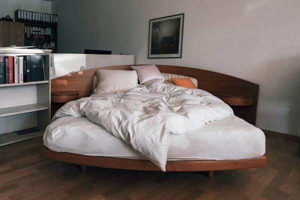 Eckbett aus Kirschholz