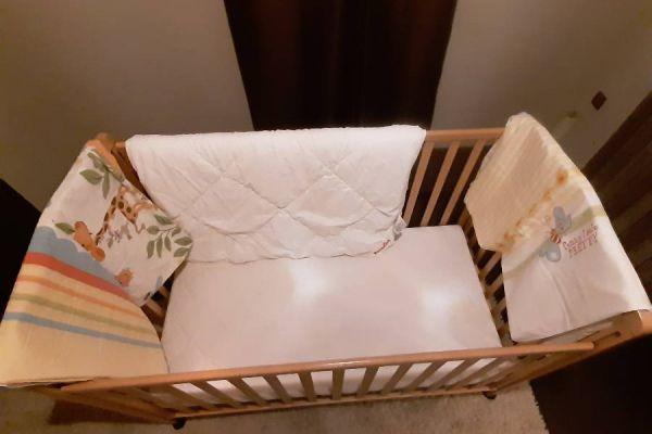 Bettstattl mit Matratze, Bett und 2 Bettbezügen zu verkaufen